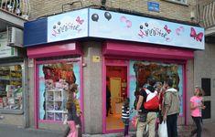 Uno de los exteriores de las tiendas Minnistore en España. Times Square, Travel, Viajes, Destinations, Traveling, Trips