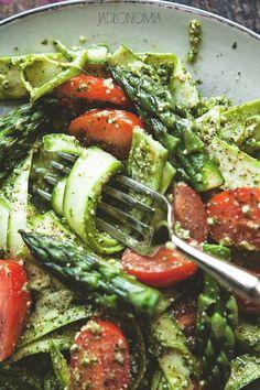 Dobrze widzicie, to żadna literówka w tytule! Poniżej znajdziecie przepis nie na makaron z dodatkiem szparagów, a na tagliatelle przygotowane z cienko pociętych zielonych szparagów w zielonym pesto.  Przy pomocy klasycznej obieraczki można z[...]