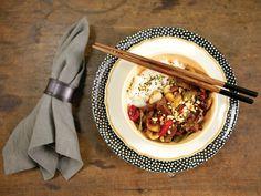 Picadinho oriental com arroz moti   Receita Panelinha: Esse prato é superversátil: delicioso, cheio de estilo e resolve rapidinho o jantar com o que tem na geladeira.