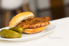 Najlepšie slovenské hamburgery! Tradičné prvomájové cigánske pečienky robievame nielen v deň sviatku práce, ale veľmi často. Pretože sú tak dobré :) Pečienky vždy naložíme aspoň cez noc, na druhý deň upečieme domáce žemle a ide sa smažiť. Mäso na cigánske pečienky môžete použiť aj kuracie, ale najlepšie sú z chudého bôčiku, alebo z vykosteného karé od krkovičky. Czech Recipes, Russian Recipes, Ethnic Recipes, World Recipes, Meat Recipes, Salmon Burgers, Main Dishes, Food And Drink, Treats