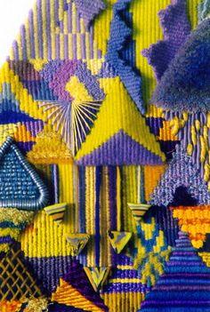 textile très coloré fils de coton jaune bleu roi, orange , motifs répétitifs et géométriques en forme de triangle, superpositions de lignes #fibers #threads #textile #tissu #art #materials #textures #fabrics