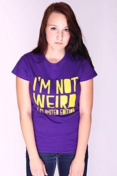 """T-shirt I'm Not Weird De vrouwelijke versie van de klassieker is een nauwsluitend model met verkorte mouwtjes en heeft een opdruk met de tekst: """"I'm not Weird. I'm Limited Edition"""". Blikdicht met aangenaam hoge stofdichtheid en een eersteklas verwerking."""