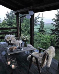 La imagen puede contener: tabla y exterior Outdoor Spaces, Outdoor Living, Outdoor Decor, Cabin Homes, Cabins In The Woods, House Goals, My Dream Home, Future House, Interior And Exterior