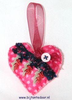 Valentijns hartje. Pakketjes met alle materialen en beschrijving zijn te verkrijgen via www.bijtantedoor.nl