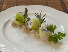 Ziegenkäsenougat im Lauchmantel auf Rettich-Sesam-Salat