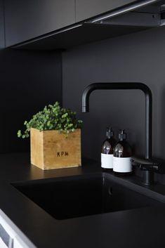 Black Kitchens, Home Kitchens, Kitchen Black, Small Kitchen Cabinet Design, Kitchen Interior, Kitchen Decor, Scandinavian Style Home, Black Rooms, Deco Design