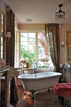 Красивая и элегантная ванна на ножках