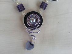 Collier mesurant 72cm, confectionné avec des capsules de café violettes, agrémentées de fil aluminium mauve,travaillé en spirale, j'ai ajouté sur le médaillon central une pe - 18139053