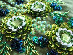 ПРЕКРАСНЫЕ ЦВЕТЫ, ВЫШИТЫЕ ИЗ ПАЙЕТОК И БИСЕРА. Обсуждение на LiveInternet - Российский Сервис Онлайн-Дневников Tambour Beading, Tambour Embroidery, Silk Ribbon Embroidery, Embroidery Stitches, Sequin Embroidery, Hand Embroidery Design Patterns, Hand Work Embroidery, Beading Patterns, Soutache Jewelry