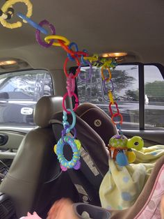 Connect links across the backseat to hang infant toys. My son loved his car seat toys when he outgrew his infant carrier at 6 months old. Everything Baby, Traveling With Baby, Baby Time, Baby Play, Baby Hacks, Infant Activities, Cool Baby Stuff, Diy Baby, Future Baby