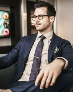 Tie pin seems to be an old fad but here are 3 reasons why you immediately need to get yourself a beautiful tie pin!