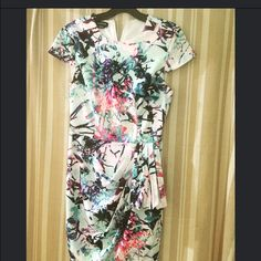 Lovely spring dress Form fitting floral dress.. Perfect for spring bebe Dresses Midi