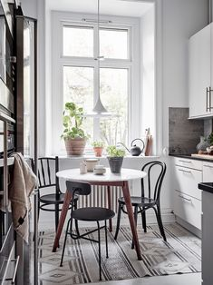 Small Dining Room: Inspiring Ideas for a Tiny Apartment Dining Nook, Dining Room Lighting, Dining Room Design, Dining Chairs, Scandinavian Interior Design, Home Interior, Kitchen Interior, Kitchen Decor, Kitchen Ideas