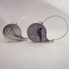 Náušnice... Materiál: lehce patinované stříbro 925/1000, epoxid, foto... Rozměry: celková délka náušnic (včetně háčku) 37mm, šířka 25mm, tloušťka 3mm... Váha: 4,20g (jedna náušnice) Balení: dárková krabička Tip: náušnice jsou oboustranné, lze je tedy jednou nosit tak a pak zas jinak...