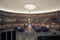 Стокгольмская общественная библиотека, Швеция. Стокгольмская библиотека представляет собой круглое здание, созданное шведским архитектором Гуннаром Асплундом. Ее подготовили в 1918 году. Строительство началось в 1924 году, а завершили ее в 1928 году. Это одно из самых примечательных зданий в Стокгольме. Это была первая библиотека в Швеции, где приняли открытые полки. (TC4711)