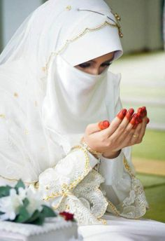 Get the Ideas of 2019 Latest Designs of Muslim Bridal Wedding Dresses in sleeves and hijab. These photos of Islamic wedding dresses for brides are fabulous. Muslimah Wedding Dress, Muslim Wedding Dresses, Muslim Brides, Muslim Couples, Bridal Wedding Dresses, Bridal Hijab, Hijab Bride, Jagua Henna, Mode Hijab