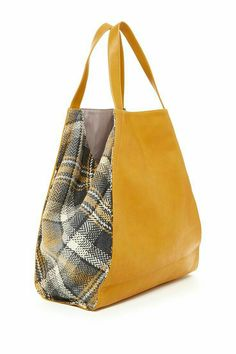 leather tote with fabric plaid sides Diy Sac, Sacs Design, Diy Bags Purses, Craft Bags, Patchwork Bags, Denim Bag, Fabric Bags, Cloth Bags, Tote Purse