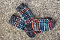Striped socks with two colours, here grey and colourful.   With each colour knit two rows so that you slip every fourts stitch + one row knit all stitches. Then do the same with the other yarn etc.