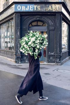 Great future Ahead, a giant bouquet of Lisianthus on the streets of Paris by Carla Coulson Cactus E Suculentas, Bloom, Arte Floral, Ikebana, My Flower, Fine Art Photography, Planting Flowers, Flower Arrangements, Beautiful Flowers