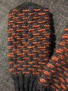 Pirteä oranssi sopii hyvin kevättalven lapasiin. Tässä pari esimerkkiä: Piian peruslapaset saivat mukavaa piristystä oransseista peuka... Knitted Mittens Pattern, Knit Mittens, Knitting Socks, Knit Socks, Warm Outfits, Yarn Crafts, Knit Crochet, Gloves, Fiber