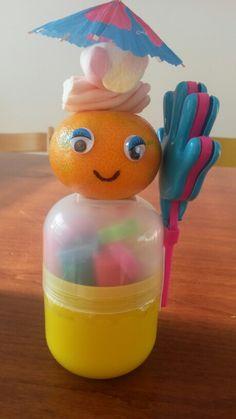 Potje klei met klapperhandje, mandarijntje en spekjes. Met dubbelzijdig tape zit alles vast.