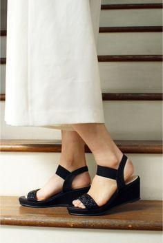 6.5CMビーズウエッジサンダル  6.5CMビーズウエッジサンダル 8640 足元に華やさを添えるビーズがポイントのサンダル ウエッジソールで安定感のある履き心地をキープしながら全体的に華奢な女性らしい雰囲気が魅力的 スカートにはもちろんパンツスタイルからちらっとのぞかせても素敵です 足首のストラップはゴムでワンタッチで脱ぎ履きが出来るのも嬉しいポイント 素足でも履き心地をサポートするインソールのクッションと安定感のあるプラットフォームが6.5cmのヒールを感じさせない履き心地です 店頭外での撮影画像は光の当たり具合で色味が違って見える場合があります商品の色味はスタジオ撮影の画像をご参照ください