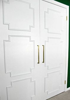 Update Your Closet with this Flat Panel Door Makeover! Ugly flat closet doors made current and stylish with the addition of simple panel molding in a geometric design Br House, Closet Door Makeover, Mirror Makeover, Diy Closet Doors, Front Closet, Diy Mirror, Diy Daybed, Driven By Decor, Wardrobe Doors
