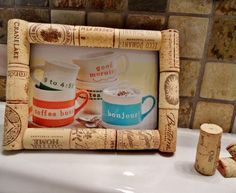 This wine cork frame will accent any room perfectly! A great gift for a birthday, thinking of you, Mothers Day or just because :) These cork Wine Craft, Wine Cork Crafts, Bottle Cap Crafts, Wine Cork Frame, Diy Cork, Wine Cork Coasters, Wine Cork Projects, Wine Bottle Corks, Cork Art