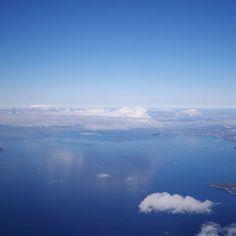 【moto.sato】さんのInstagramをピンしています。 《鏡のように雲が海に映っていました… 今日の瀬戸内海、どれだけ水面が穏やかなんでしょう(´∀ `;)生まれて初めて観ました! : 今日は空も青くて微風なので、プロペラジェットも快適でした(´∀ `)ノ : 無事愛媛に到着。これからお仕事場所までさんぽで向かいます(´∀ `)ノ : #移動 #空からシリーズ #広島上空 #上空 #イマソラ #雲 #空#海 #瀬戸内海 #瀬戸内 #ペンタックス倶楽部 #ペンタックスk1 #ペンタックス #愛しのpentax倶楽部 #ペンタ党 #pentaxk1 #PENTAX #フルサイズ #一眼レフ #空撮 #無加工》