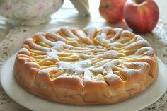 Torta di mele e panna montata. Una torta morbida e confortevole. Con panna montata nell'impasto. Ideale in qualsiasi momento della giornata.