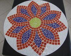 Prato giratório para mesa Stone Mosaic, Mosaic Tiles, Mosaic Furniture, Floral, Mosaic Patterns, Garden Art, Decorative Plates, Cable Reel, Projects To Try
