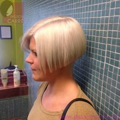 Superbe carré plongeant blond platine | Passion Carré