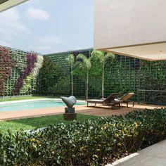 Focados nos gostos dos clientes, na mescla de tendências e incorporando um grande jardim vertical na área da piscina, o escritório de arquitetura Manarelli Guimarães produziu o projeto desta casa em Alto de Pinheiros, em São Paulo.  Vem conferir no MiMostra!