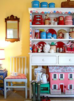 white hutch, yellow walls-luv the red suitcases Cute Kitchen, New Kitchen, Vintage Kitchen, Kitchen Decor, Kitchen Yellow, Yellow Kitchens, Happy Kitchen, Kitchen Shelves, Cupboards