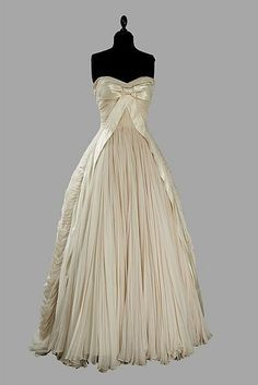 Buy online, view images and see past prices for Maggy ROUFF Haute Couture, circa Invaluable is the world's largest marketplace for art, antiques, and collectibles. Vintage Gowns, Vintage Mode, Vintage Outfits, Vintage Clothing, Moda Fashion, 1950s Fashion, Vintage Fashion, Vintage Beauty, Beautiful Gowns