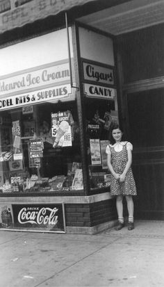 At the corner store, Chicago, Illinois, 1937