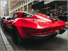 【シボレー コルベット(C2)】ワイルドスピードモデルは超希少あわせて読みたい記事:【ワイルドスピード8】 「Furious8」:登場車種一覧リスト あわせて読みたい記事:【日産 フェアレディ240Z】ワイルドスピードのサン・カン仕様あわせて読みたい記事:【フォード マスタング】1970年式トーヨータイヤ仕様スペック大ヒット映画:「ワイルド・スピード」シリーズの最新作となる「ワイルドスピード8」に、「C2」と呼ばれるアイコン的な第2世代目の「シボレー コルベット」が登場するということです。目を引く「ラリー・レッド」と呼ばれるのボディ・カラーを纏ったこの1966年型モデルには、女優の「ミシェル・ロドリゲス」が乗り込む予定です。実は、この「シボレー コルベット」の「C2型」はアメリカのケンタッキー州ボーリング・グリーンにある博物館「ナショナル・コルベット・ミュージアム(NCM)」においても、同車の映画出演情報を取り上げており、「C2型」の「シボレー…