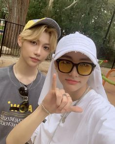 Stray Kids - Felix e HyunJin Felix Stray Kids, Rapper, Kid Memes, Kids Wallpaper, Lee Know, Lee Min Ho, Minho, Baby Photos, Boy Groups