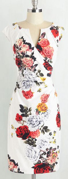 This dress is going to be your new best friend! It's bright floral printing gives this dress such a nice and stunning feeling and the lining gives the dress a little extra volume! Let's start our trip at Cupshe.com !