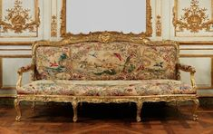 Eye For Design: Decorating With French Tapestry Upholstered Settees, Sofas, and Canapes Living Room Upholstery, Upholstered Furniture, Upholstery Tacks, Upholstery Cleaning, Upholstery Cushions, Chinoiserie, Art Nouveau, Luis Xiv, Rustic French Country