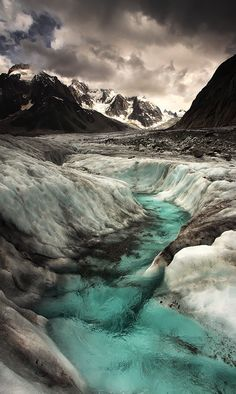 ✯Mer de Glace, France  - La Mer de Glace est un glacier alpin situé sur la face nord du massif du Mont-Blanc et formé de la jonction de trois glaciers plus petits : les glaciers du Tacul, de Leschaux et de Talèfre. Il mesure au total sept kilomètres de long, son épaisseur est d'environ deux cents mètres et sa surface est de trente cinq kilomètres carrés. Son sommet culmine vers 2 140 mètres.