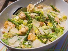 Caesar Salad mit Hähnchenbrust und grünem Spargel