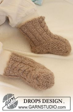 "DROPS booties with cables in ""Alpaca"". ~ DROPS Design"