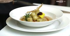Lo chef Antonino Cannavacciuolo rivisita la classica zuppa di cozze e lo fa con il guanciale. Il risultato di questo accostamento è stupefacente. Guarda il video!