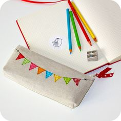 unique linen pencil case clutch by pillipilli on Etsy Pencil Bags, Pencil Pouch, Diy For Bags, Baby Shower Mixto, Diy Pencil Case, Machine Embroidery Projects, Fabric Bags, Fabric Scraps, Free Sewing