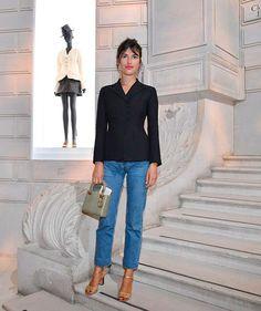 Jeanne Damas usa blazer como blusa, deixando um look mais chic e sensual.