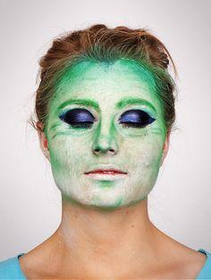 Hexe schminken für #Halloween...Step 4: Augen schminken (ruhig kräftig auftragen und auch an Glitzer nicht sparen)