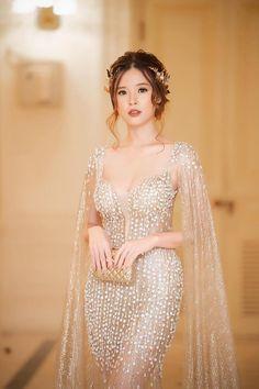 Từ nay cuộc đua khoe ngực khủng có thêm một nhân vật mới: cô nàng ngọc nữ Midu - Ảnh 8. Iranian Women Fashion, Asian Fashion, Girl Fashion, Fashion Dresses, Pretty Prom Dresses, Elegant Dresses, Homecoming Dresses, Gala Dresses, Evening Dresses