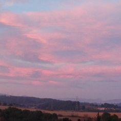 Cuando miro por la ventana.  #nubes #instacloud #clouds #nubesrosas #pinkclouds #bythewindow #ventana #domingo #relax #te #té