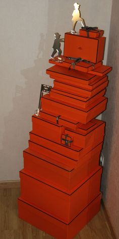 Mountain climbers of boxes